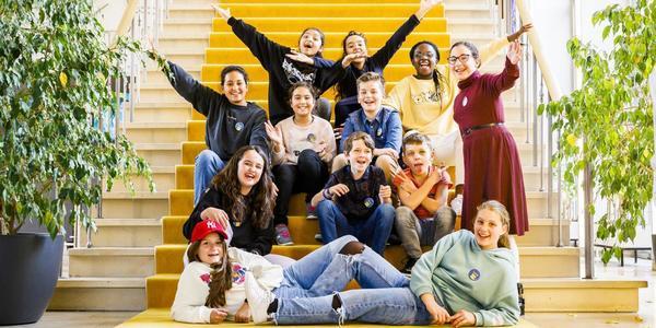 leden van het Merksemse Junior Team op de trap in het districtshuis van Merksem