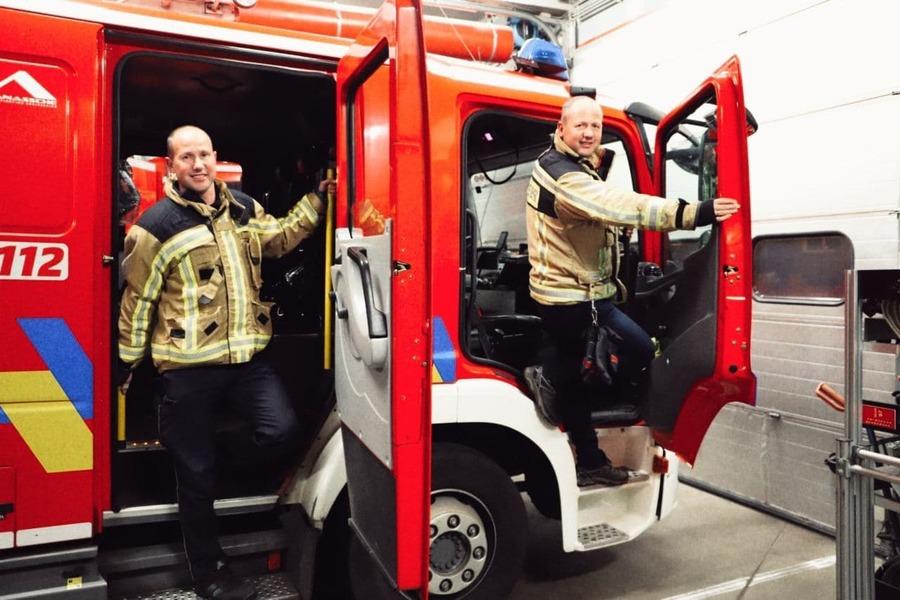 Bart en Geert in brandweerwagen