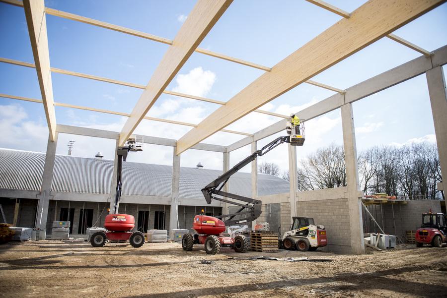 De dakconstructie wordt gebouwd.