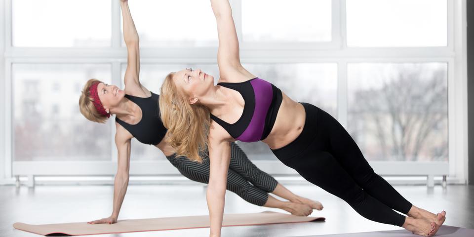 Sportieve 55-plussers tijdens yoga