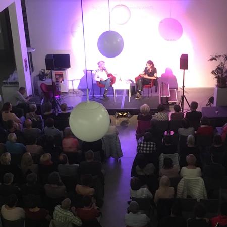 Het publiek luistert geboeid.