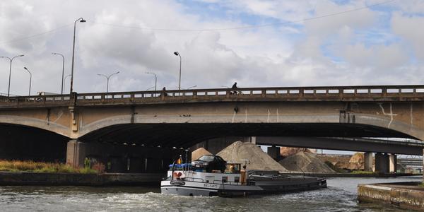 Zicht op de oude IJzerlaanbrug vanop de Vaartkaai