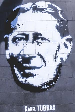 Streetart hoofd van Karel Tubbax op het Cogelsplein (t.h.v. Café De Ster)