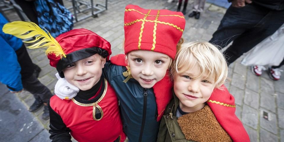 Kindjes op de Sinterklaasstoet