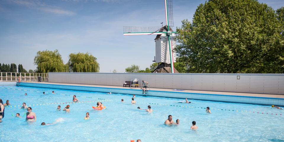 Zwemmen in openluchtzwembad De Molen