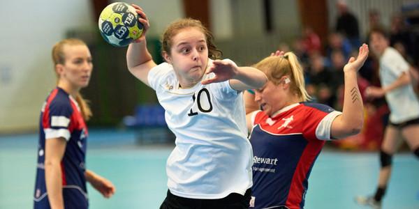 De Wilrijkse handbalster Nele Antonissen aan het werk bij de nationale ploeg.