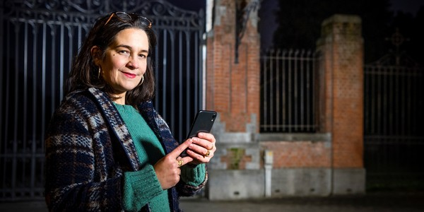 vrouw volgt wandeling via haar smartphone