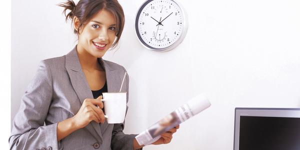 Vrouw neemt een korte koffiepauze terwijl ze rechtstaat