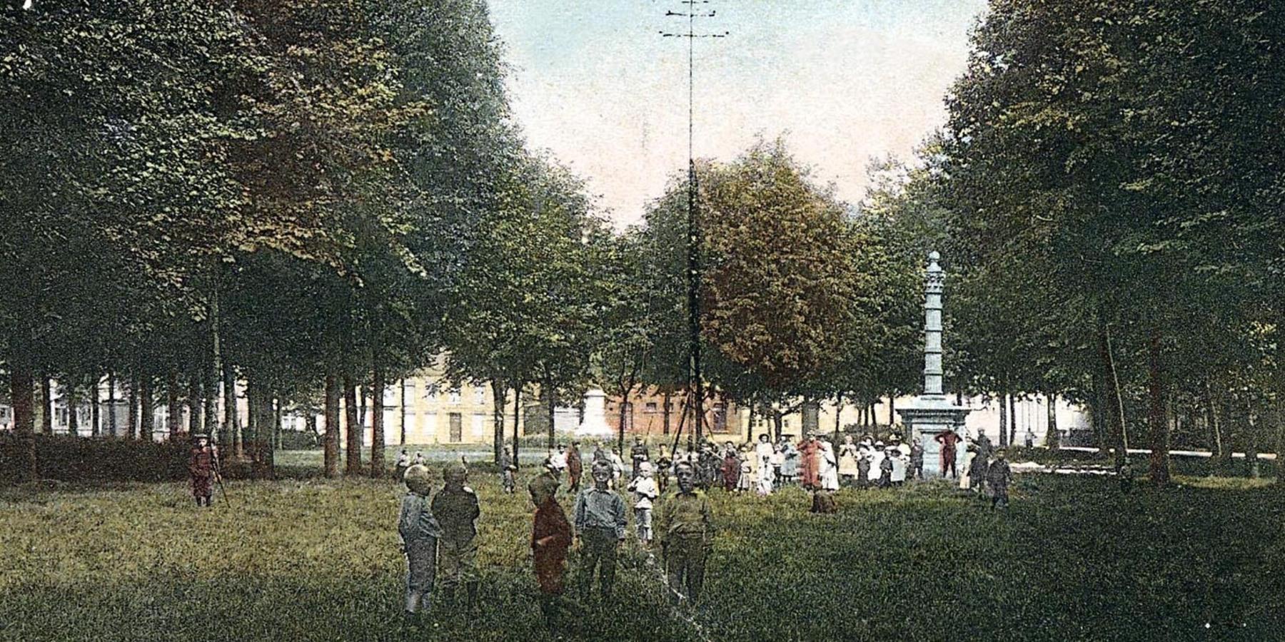 Jong en oud ontspande zich op de Bist. Kinderen speelden spelletjes en de mannen deden aan boogschieten op de staande wip. Ook de pomp is te zien op deze ingekleurde foto.