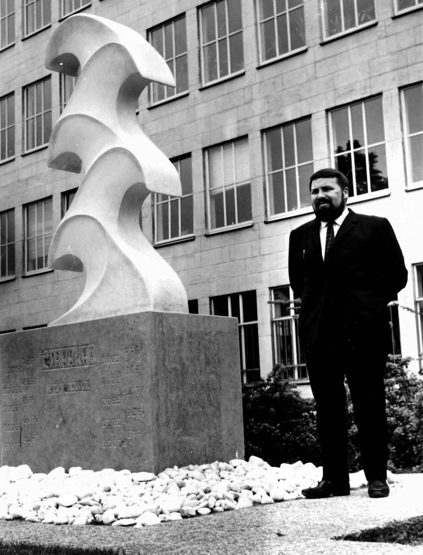 Jozef Kets poseert naast het beeld 'Opwaarts'