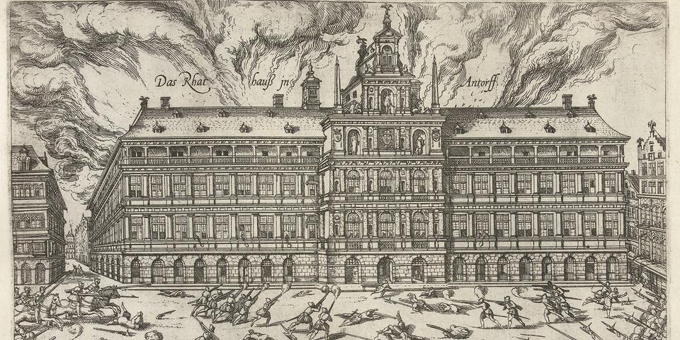 Het stadhuis in brand