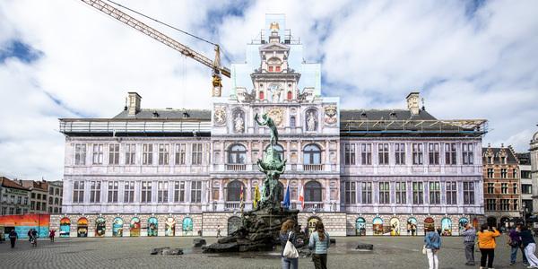 doeken aan steigers van stadhuis Antwerpen