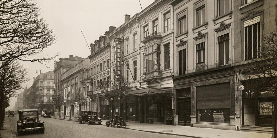 De Quellinstraat richting De Keyserlei. Centraal brasserie Quellin, op de hoek van de De Keyserlei cinema Trocadéro. Tussen beide café Sportlokaal en restaurant Italia