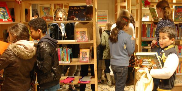 Kinderen kiezen boeken in bibpunt Het Anker