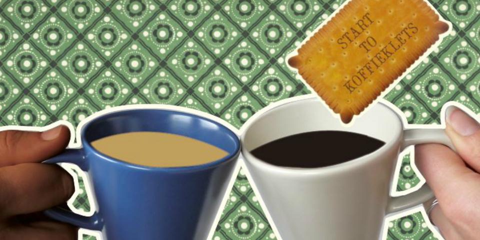 Twee tassen koffie en een koekje.
