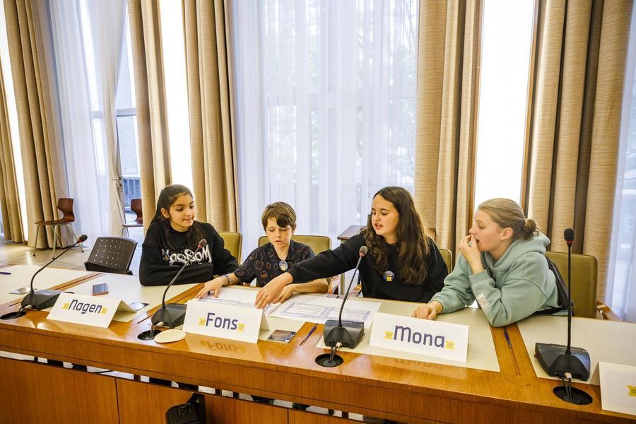 Vier leden van het Junior Team aan het debatteren over wat ze belangrijk vinden in het district.