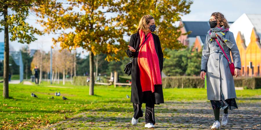 Afbeelding van twee dames met mondmasker op wandel