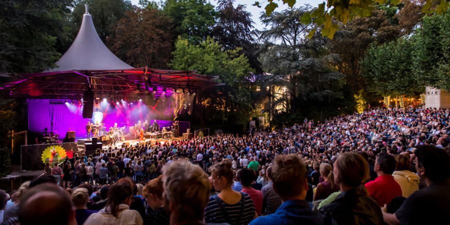 Podium en publiek op Openluchttheater Rivierenhof