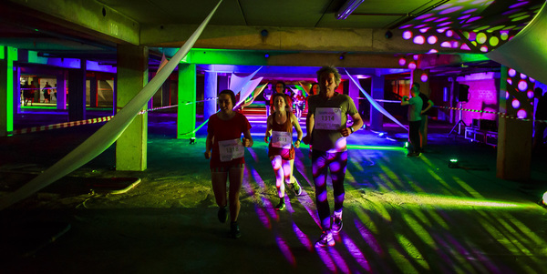 Passage door het sfeervol verlichte Trixgebouw