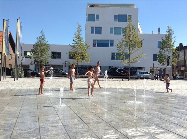 De fonteinen op het Kristus-Koningplein zijn populair in de zomer