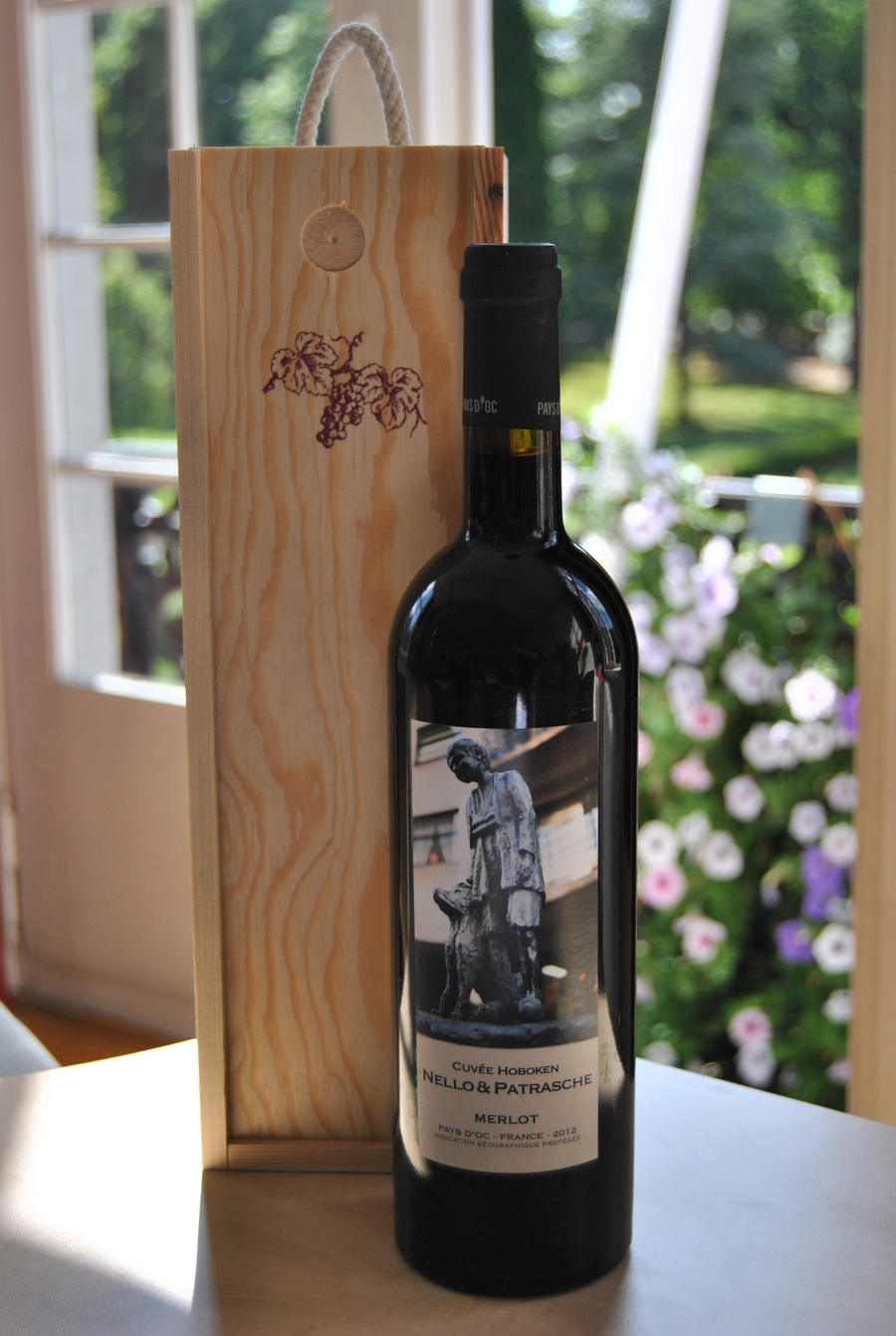 Een fles rode wijn van Nello en Patrasche
