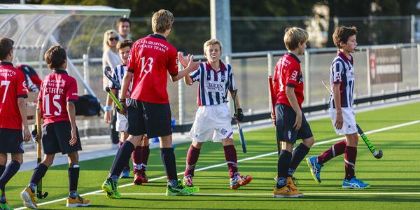 De velden worden meteen ingespeeld met een hockeywedstrijd tussen twee jeugdploegen.