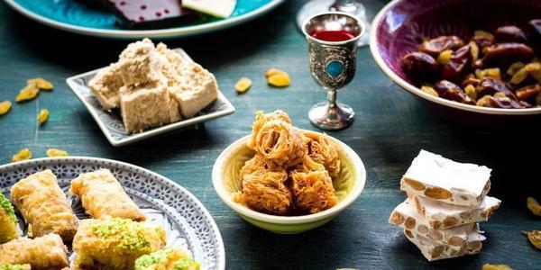 Lekkernijen op tafel tijdens een iftar-maaltijd