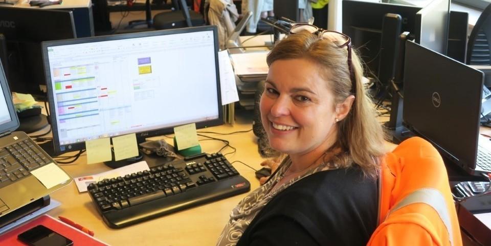 Planningsverantwoordelijke Nancy aan haar bureau
