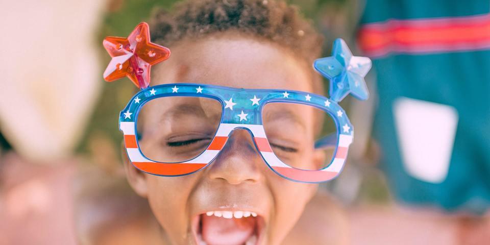 Enthousiast kindje met grote bril