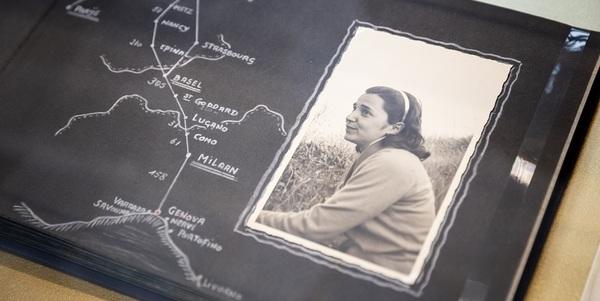 Zwart-witfoto van een vrouw naast een reisroute op een kaart