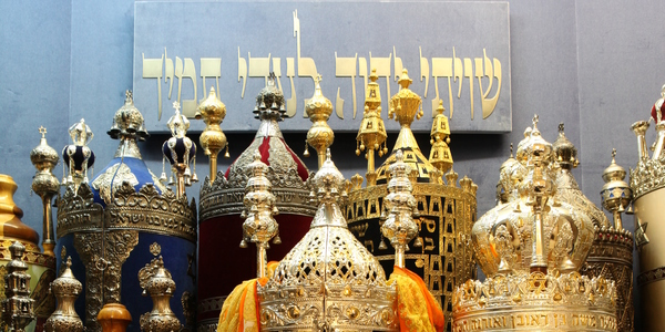De Portugese Synagoge Beth Moshe: detail van de Thorarollen die in de Ark bewaard worden (foto Donald Woodrow)