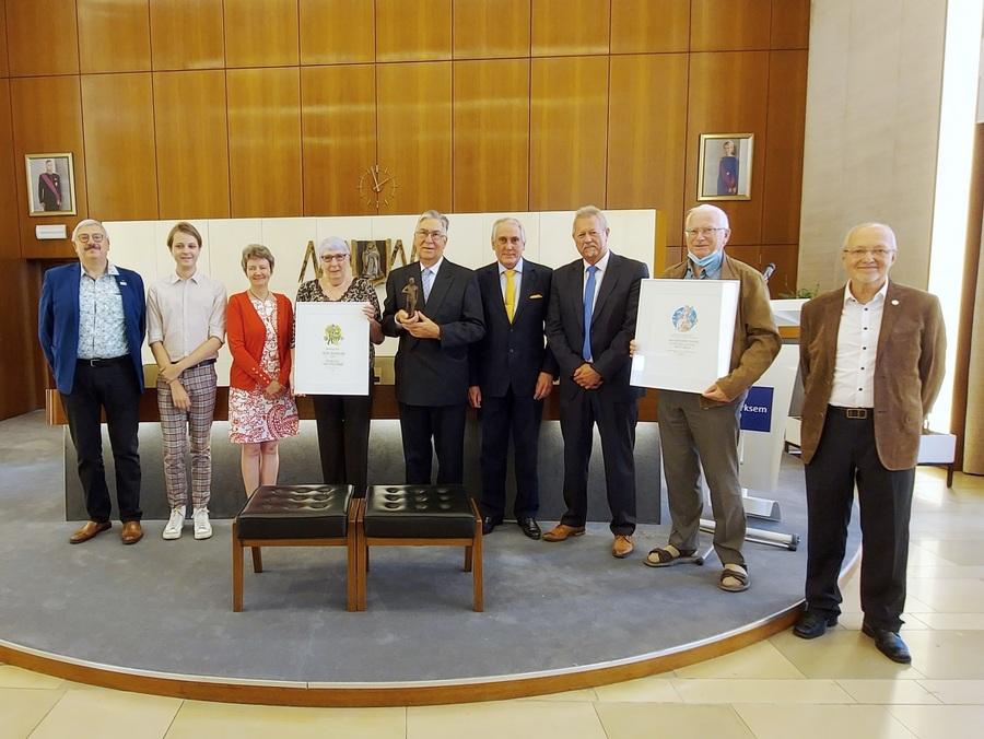 De bestuursleden van ACAM krijgen de ereprijs uit handen van het Merksemse districtscollege