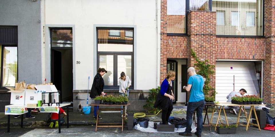 Buren poetsen hun straat tijdens de jaarlijkse Lentepoets.