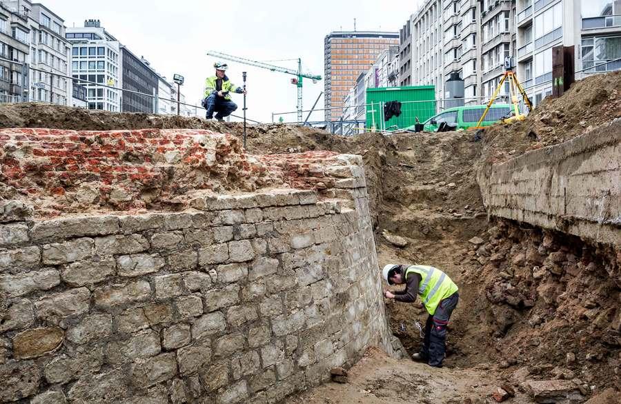 De stadsarcheologen documenteren de restanten van de bastionmuur.