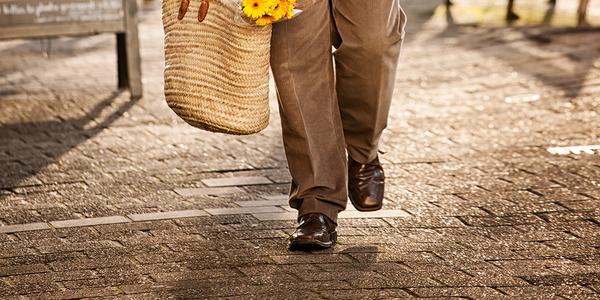 De voeten van een man die wandelt