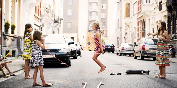 Kinderen spelen op straat tijdens een Speelstraat.