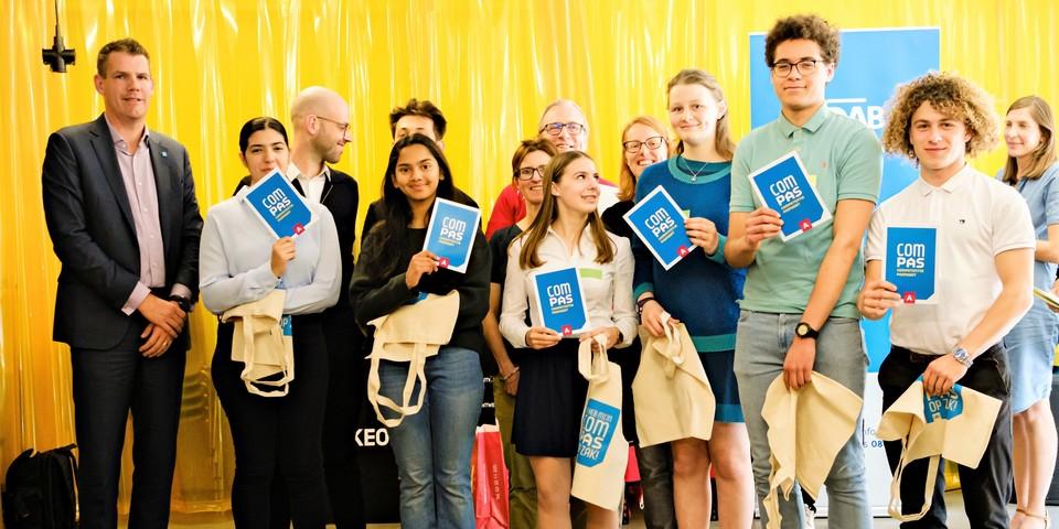 Jongeren nemen hun ComPas in ontvangst tijdens de officiële uitreiking 2019