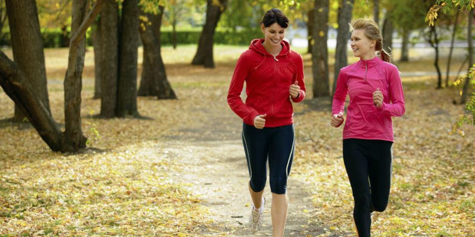 Twee vrouwelijke lopers tijdens een toertje door het bos