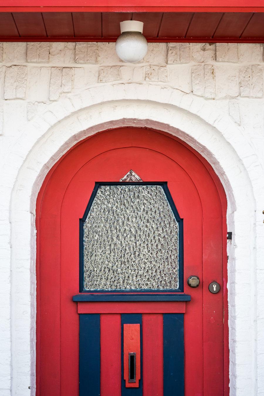 De kleuren komen terug waardoor alle woningen er als één geheel uitzien.