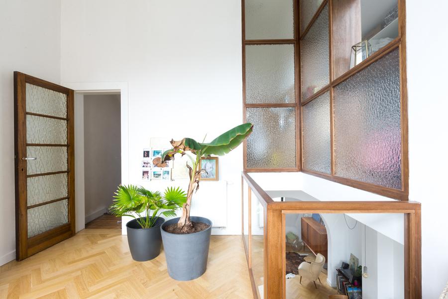 Woonruimte met zicht naar het voormalige atelier.
