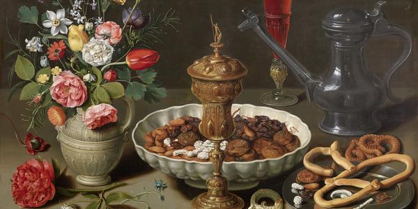 Stilleven, tafel met bloemen, een kruik, een bord noten en dadels