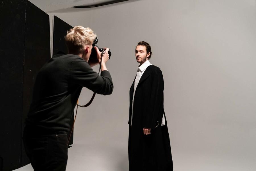 Tom Smith kijkt in de lens van de fotograaf
