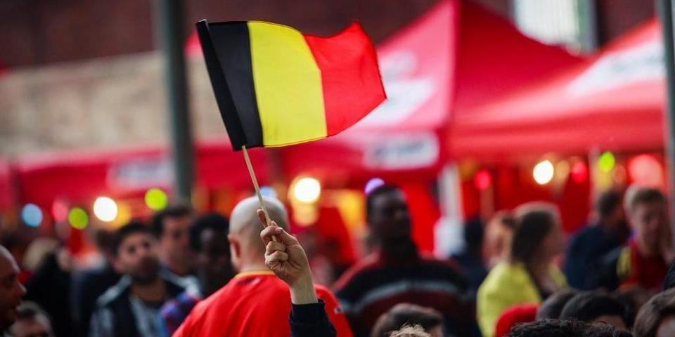 Een supporter wappert met de Belgische vlag