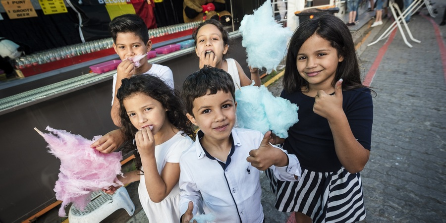 5 kindjes genieten van een suikerspin