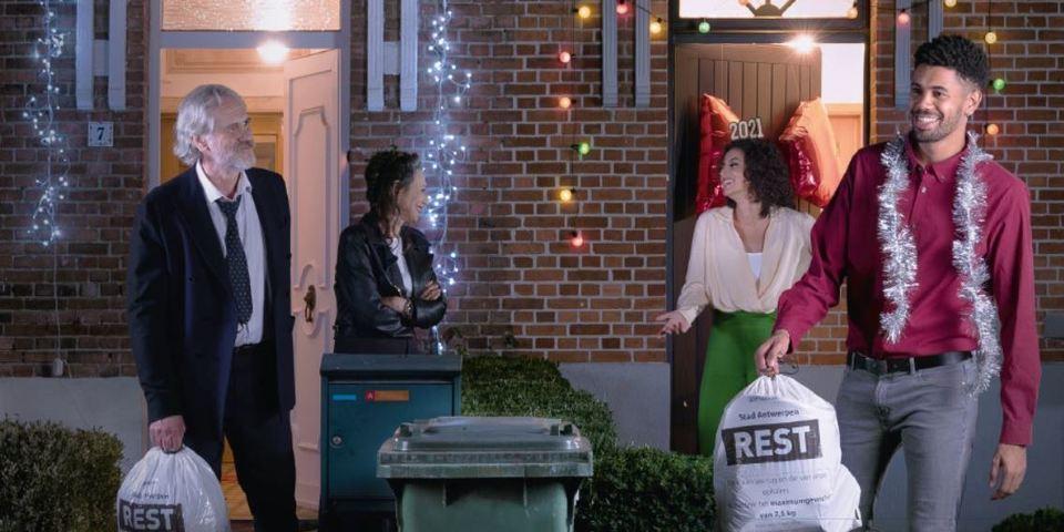 buren die hun afval buiten zetten met Nieuwjaar