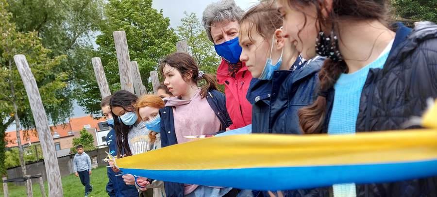 Junior Team knipt het lint van speelterrein de wijngaardberg
