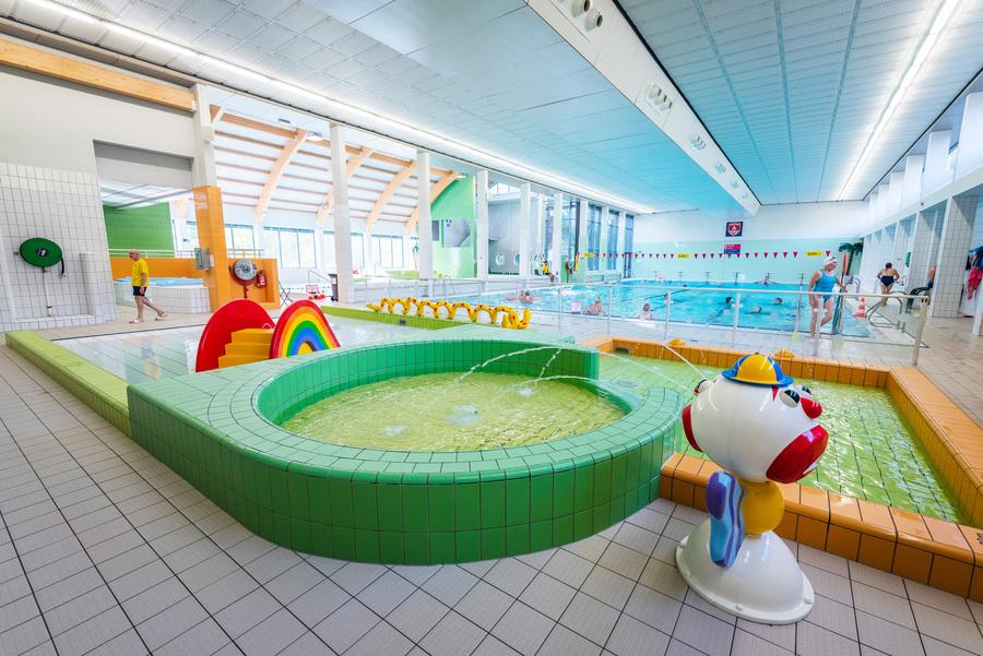 Overzichtsfoto van de baden in zwembad Sorghvliedt met op de voorgrond het peuterplonsbad
