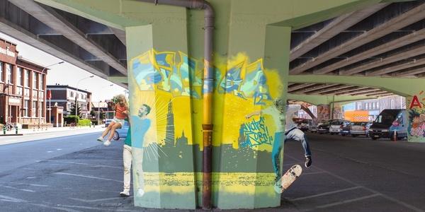 Graffiti-kunstenaars maken kunst van de brugpijlers onder het A12-viaduct