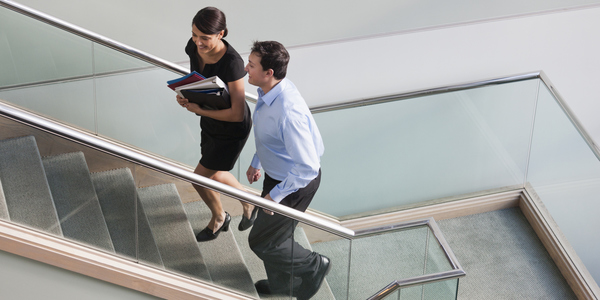 Twee collega's nemen de trap