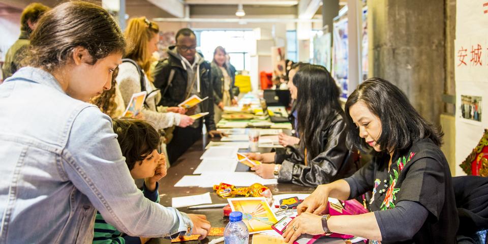 Verenigingen en vrijwilligers ontmoeten elkaar tijdens een beurs.